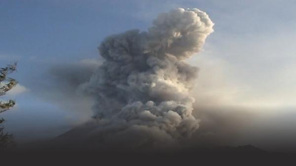 Large ash plume covers entire volcano