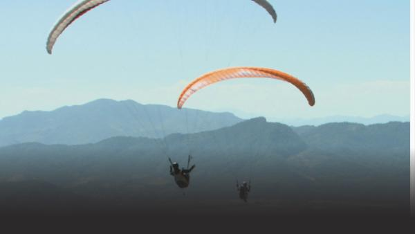 The team paragliding across Mexico